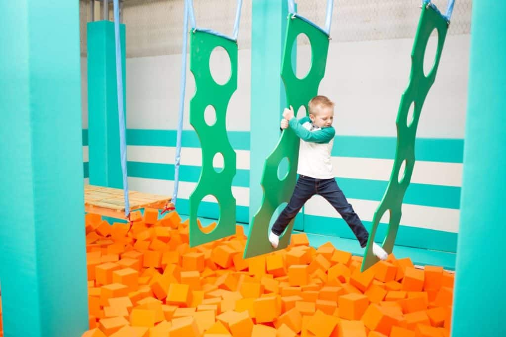 ninja warrior kid beim klettern